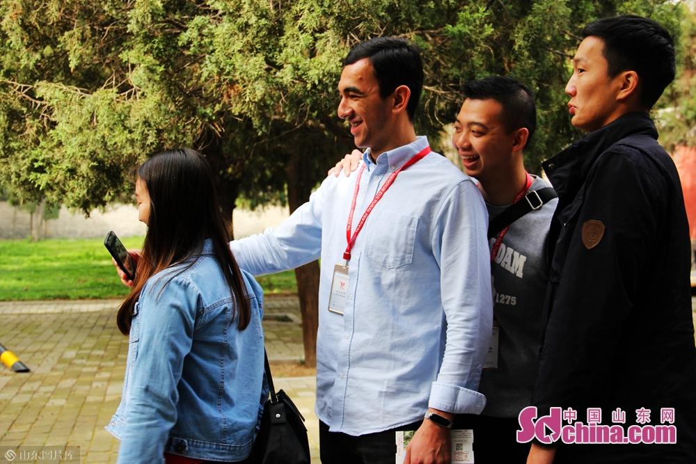 <br/>  活动邀请了来自俄罗斯、澳大利亚、泰国等地的近百名师生代表,跟随导游走进孔庙,了解儒家文化,感受中国传统文化的魅力。<br/>