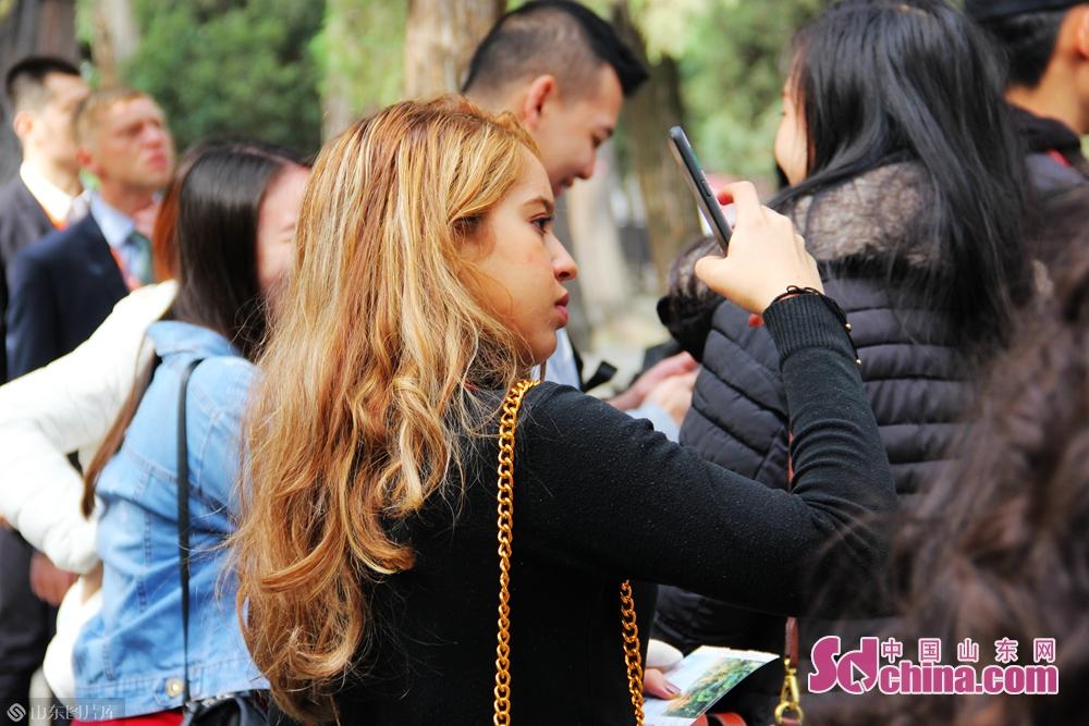 <br/>  几个小时的体验学习,不仅让留学生们更好地走近古圣先贤,还使大家了解到了以孔子为代表的儒家文化对中国的思想、政治和社会体系的重要影响力。<br/>