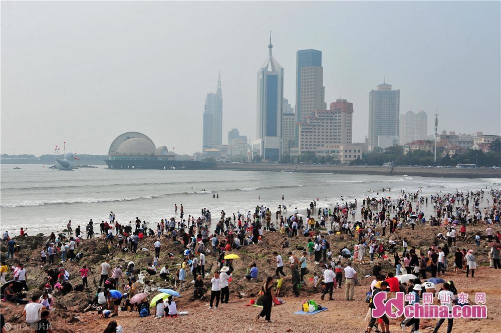 <br/>  10月2日,上万名游客在青岛市栈桥景区欢度国庆假期。<br/>