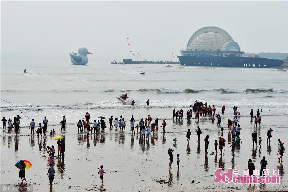 <br/>  10月2日,这是在青岛市栈桥景区海面放置的&ldquo;巨型&rdquo;红嘴鸥。<br/>