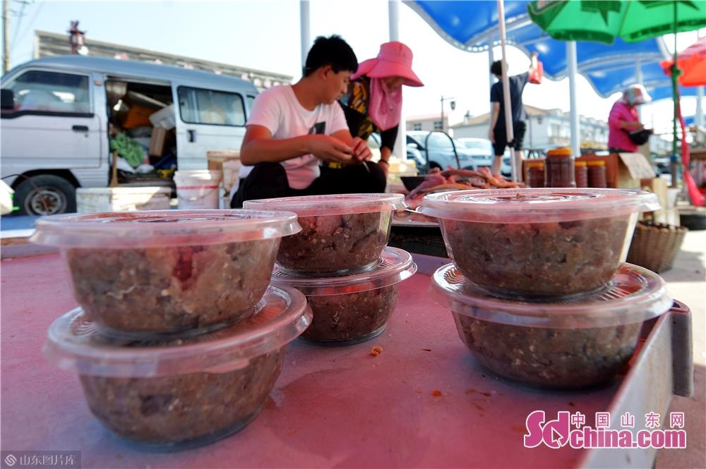 <br/>  2019年10月3日,金秋时节,青岛崂山区港东码头的渔民利用高产的黄花鱼制作特色鱼酱对外销售增加收入。<br/>