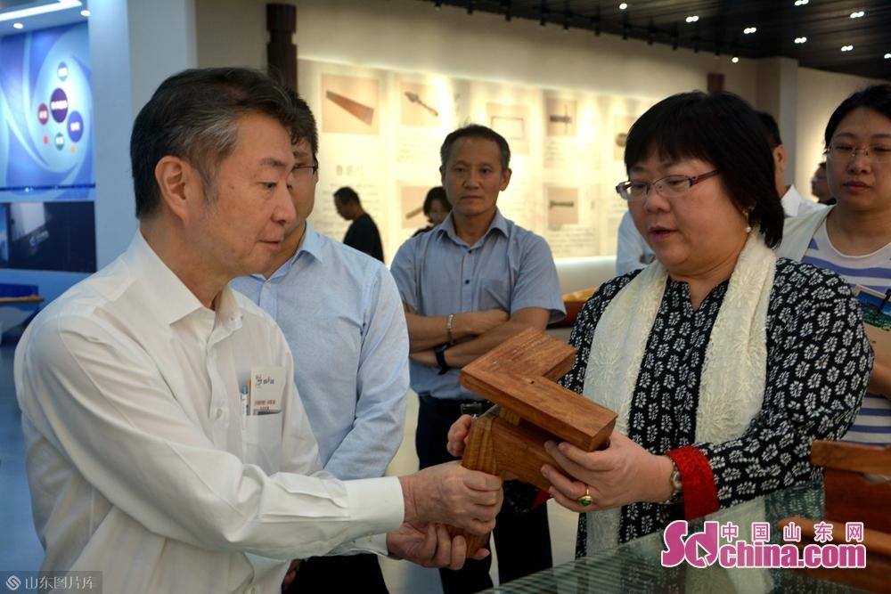 在智能家居小镇,日本驻青岛总领事中原邦之体验了智能家居设备和中国传统家具,对天荣家居的制作工艺表示认可。