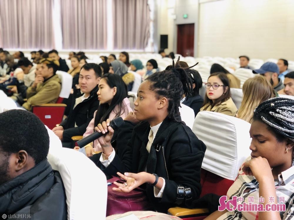 <br/>  在座谈会上,工作人员向留学生们介绍了寿光国际蔬菜科技博览会的发展历程及潍坊现代农业技术科技。留学生们对无土栽培这一&ldquo;高科技&rdquo;产生了浓厚的兴趣纷纷举手提问,讲解人员也一一做了详细解答。<br/>