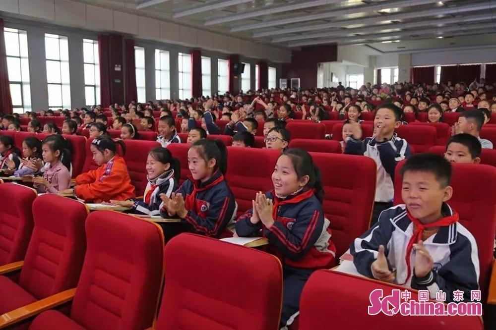 <br/>  报告会后,同学们很受鼓舞,并纷纷表示要学习她们的这种坚韧不拔、不畏艰难、无私奉献的精神。<br/>