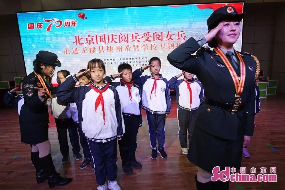 <br/>  怀着对两位女兵的崇敬和仰慕,小朋友们纷纷登上讲台,向女兵学起了敬军礼。<br/>