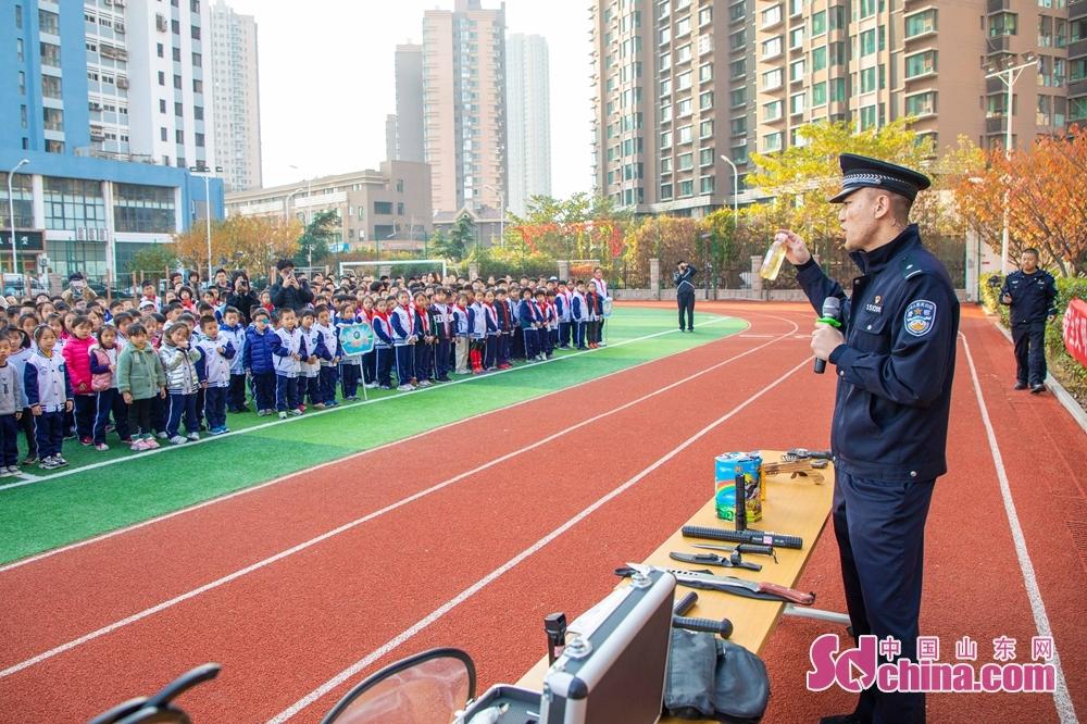<br/>  11月15日,青岛市公安局地铁分局会同海逸学校、青岛地铁运营分公司在海逸学校联合举办以&ldquo;平安地铁进校园&rdquo;为主题的地铁安全乘车宣传活动。<br/>