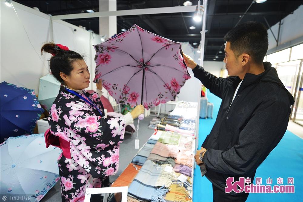 来場者は日本の傘に興味をもった。<br/>