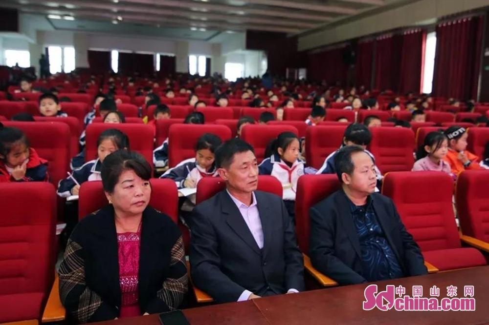 <br/>  刘金刚校长与周鑫蓬父母在台下认真聆听报告。<br/>