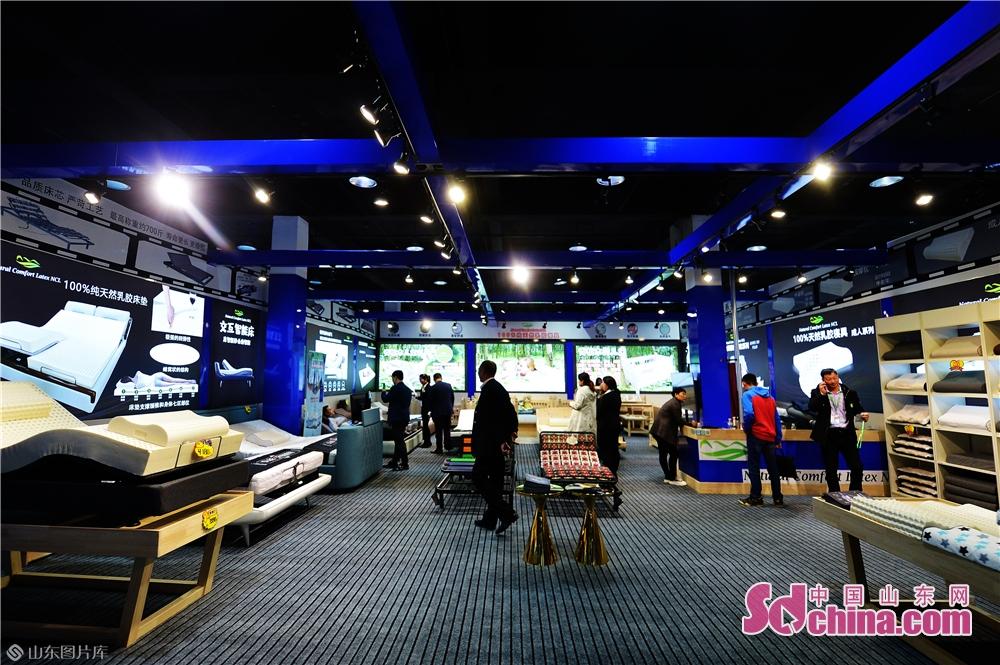 2019년 11월 15일, 고객은 일한(청도) 수입상품박람회 침천 혁신제품관에서 한국 천연 라텍스 침구 전시에 참관하고 있다.