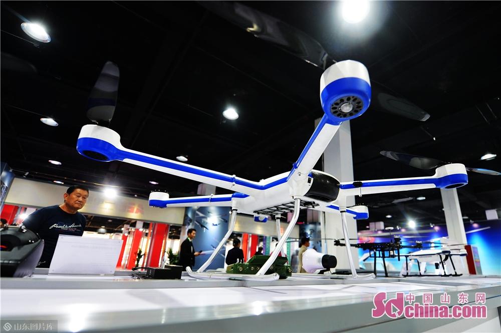2019年11月15日、来場者は日本・韓国(青島)輸入商品博覧会の深セン革新製品エリアで展示されたマルチタスク型ドローンを見学した。<br/>