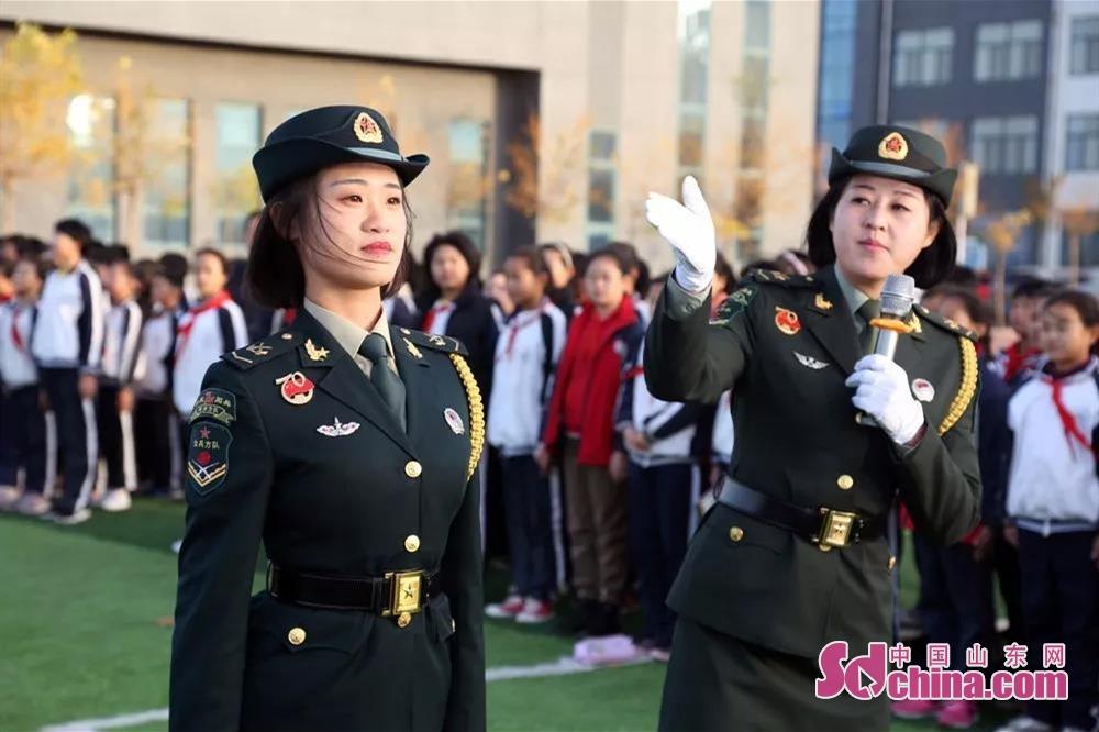 <br/>  两名女兵为孩子们讲解立正动作要领。<br/>