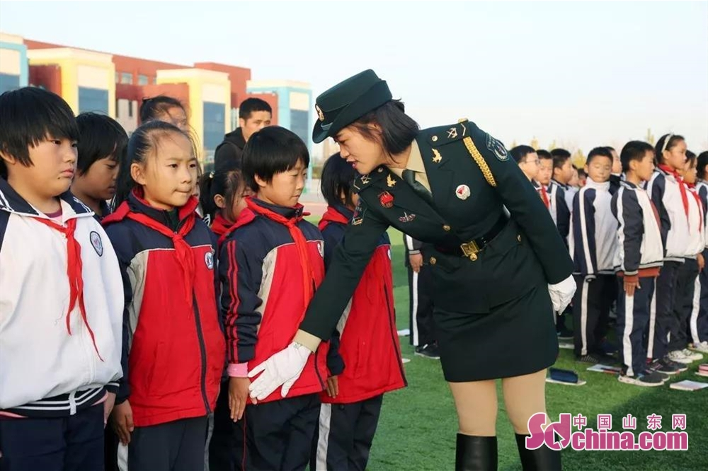 <br/>  受阅女兵为孩子纠正动作。<br/>