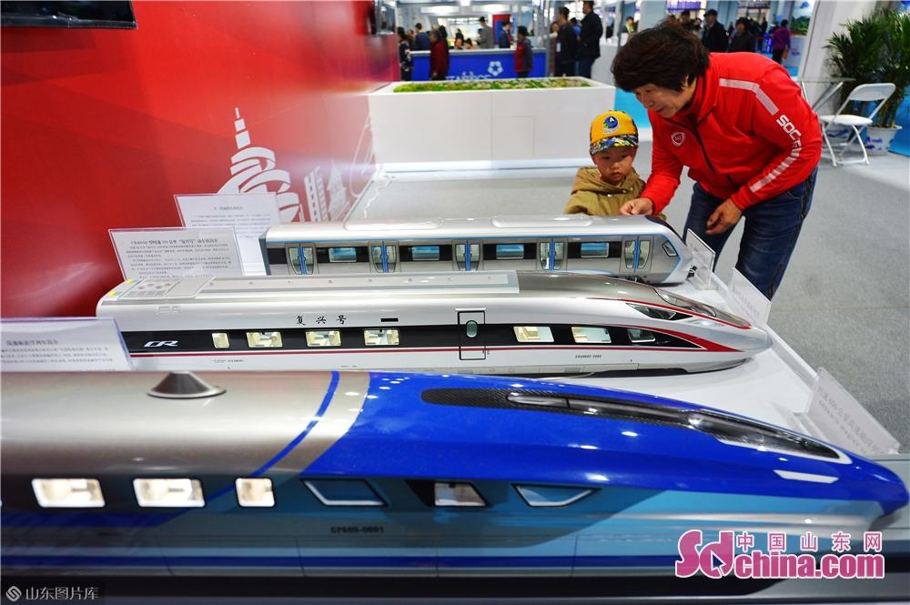 2019年11月15日、日本・韓国(青島)輸入商品博覧会の深セン革新製品エリアにおいkて、来場者は高速リニアモーターカー、復興号、次世代地下鉄モデルを見学した。<br/>