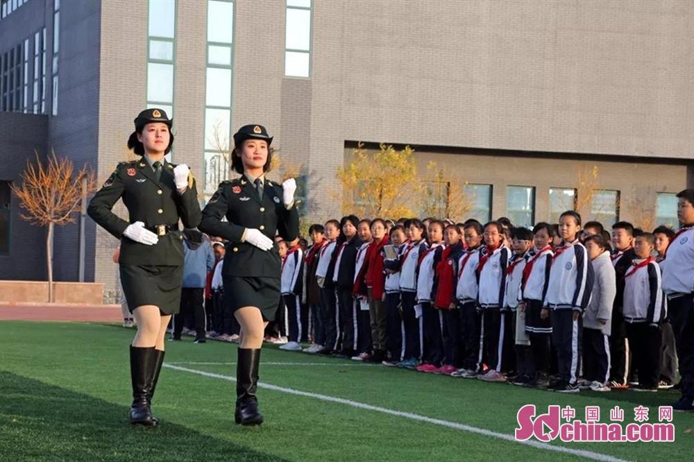 <br/>  报告会后,两位女兵与师生一起来到学校操场,现场为大家展示了她们走过天安门的飒爽英姿。<br/>