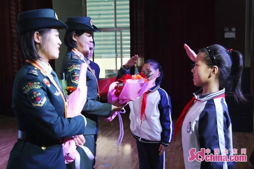 <br/>  两名女兵刚一上场,孩子们就按捺不住激动的心情,跑到台上献上鲜花。<br/>