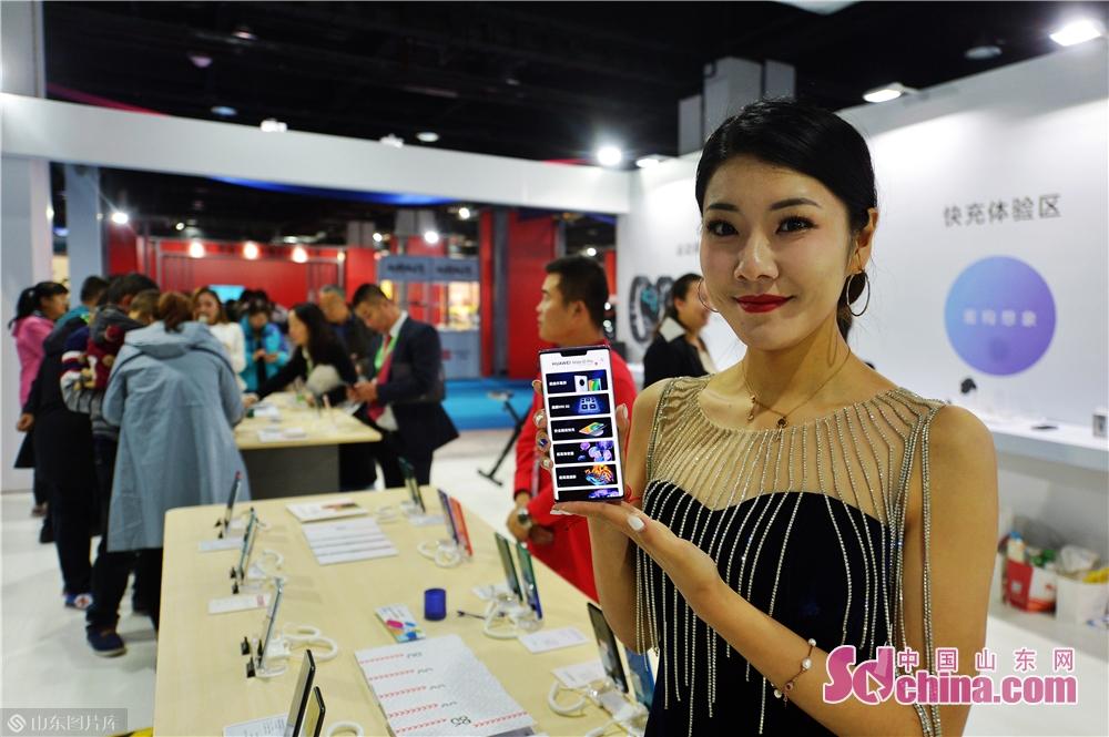 2019년 11월 15일, 고객은 일한(청도) 수입상품박람회 침천 혁신제품관에서 전시된 한 화웨이 5G한드폰을 참관하고 있다.<br/>