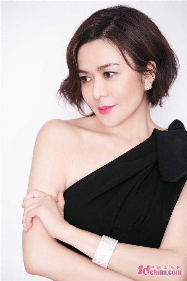 关之琳优雅亮相慈善盛典 露肩纯黑长裙诠释极简美学