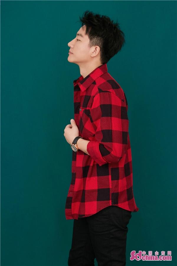 黄轩红黑格子衫活力满满 化身临时店长贴心为粉丝试衣