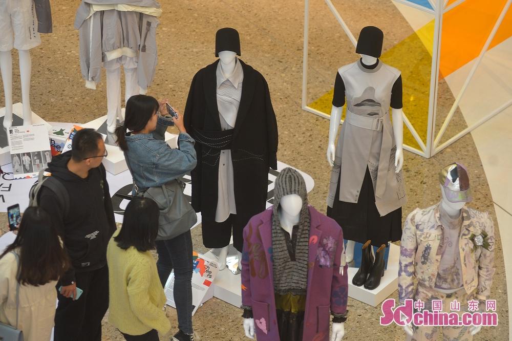 <br/>  11月7日,市民在青岛市万象城举办的时尚设计作品展现场参观。<br/>