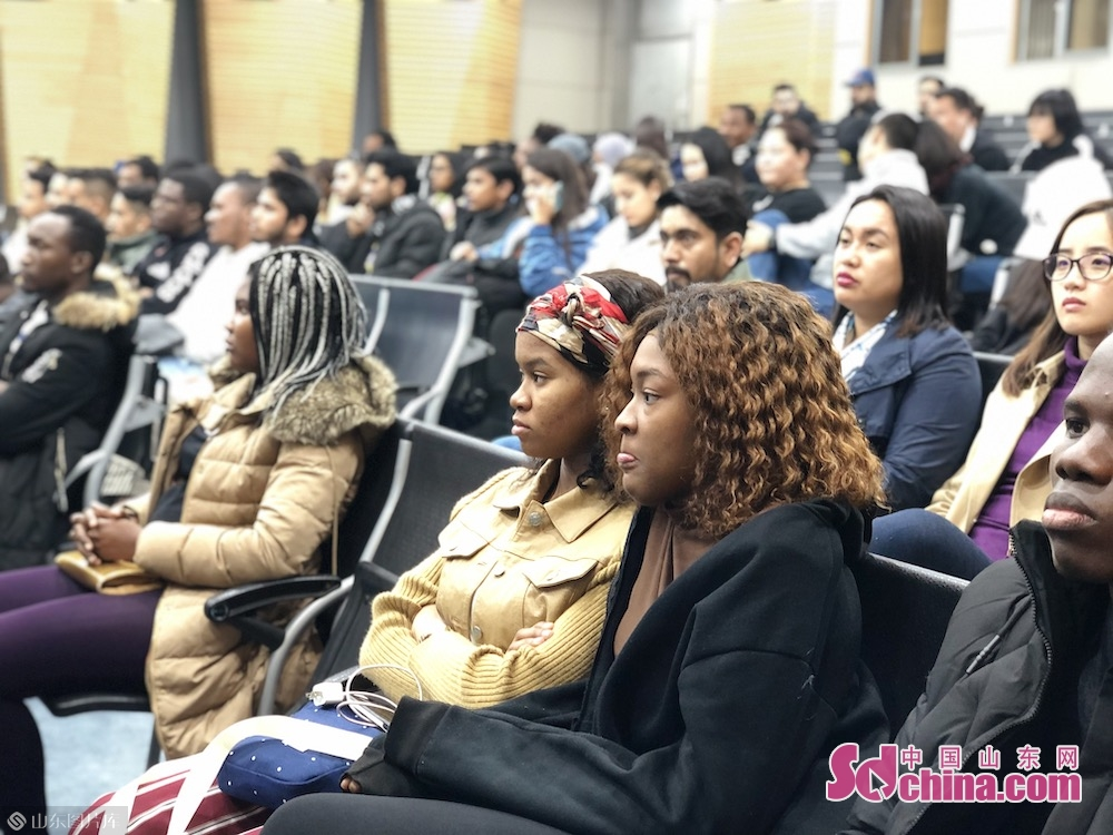 International students visit Weichai Group on Nov. 9 in Jinan, capital of Shandong Province.<br/>The 2019 &ldquo;Experiencing China in Dynamic Shandong&rdquo; wrapped up on Nov. 10 in Weifang, Shandong Province. In the two-day trip in Jinan and Weifang, over one hundred international students had a close look at Shandong&rsquo;s brilliant achievements of economic and social development.<br/>