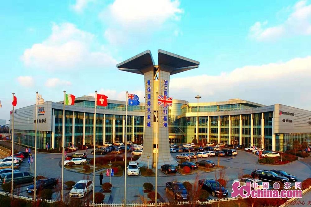 アメリカ、フランス、ドイツ、日本、韓国などの3000種類余りの輸入商品は2.8万平方メートルに達した展示ホールで並べられた。12月13日、「開放的山東」オムニメディア取材グループは青島保税港区自由貿易センター有限会社を訪問した。