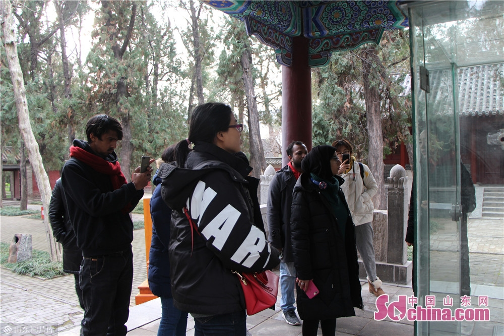 Foreigners visit Zeng Zi&rsquo;s Temple on Dec. 18, 2019 in Jiaxiang County, Jining City. Foreigners from four different countries went to Jiaxiang County, the home land of Zeng Zi, to deeply explore Chinese traditional culture.<br/>