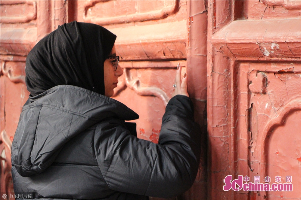 A foreigner touches a door of Zeng Zi&rsquo;s Temple on Dec. 18, 2019 in Jiaxiang County, Jining City. Foreigners from four different countries went to Jiaxiang County, the home land of Zeng Zi, to deeply explore Chinese traditional culture.<br/>
