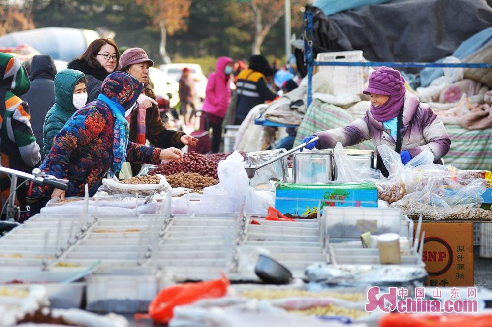 <br/>  12月26日,市民在青岛市城阳流亭年货大集上选购干果。