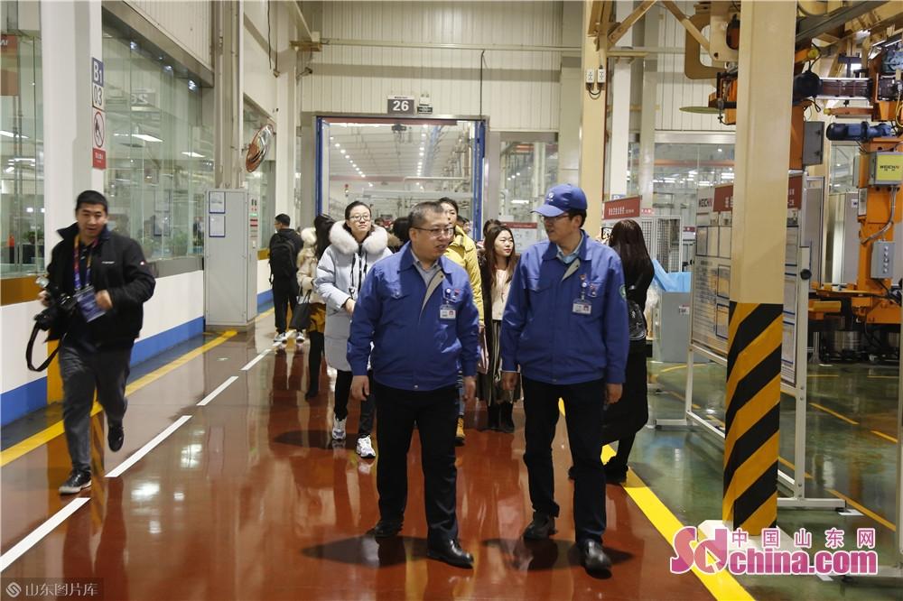 <br/>  在潍柴二号工厂,工人师傅们正在紧锣密鼓的工作当中,车间一侧的屏幕上实时显示着月度目标、当日工作量及进度。这里是享誉行业的&ldquo;蓝擎&rdquo;发动机的制造车间。<br/>