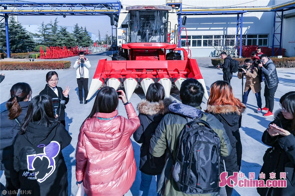 <br/>  在雷沃重工样机区,一台台高大的农机装备,引得记者连连赞叹。<br/>