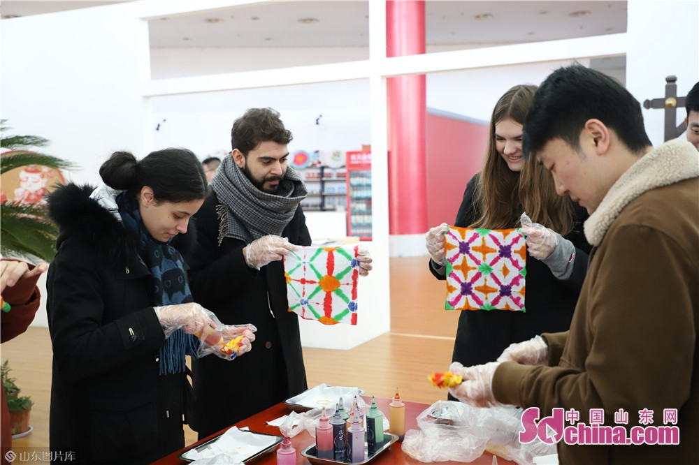 Foreigners learn tie-dying in Qufu Creative Cultural Industry Center in Qufu, Shandong Province on Dec. 26, 2019. Foreigners from America, Germany, France, Brazil and Lithuania visited Qufu last week to explore Chinese traditional culture and Confucian culture.<br/>