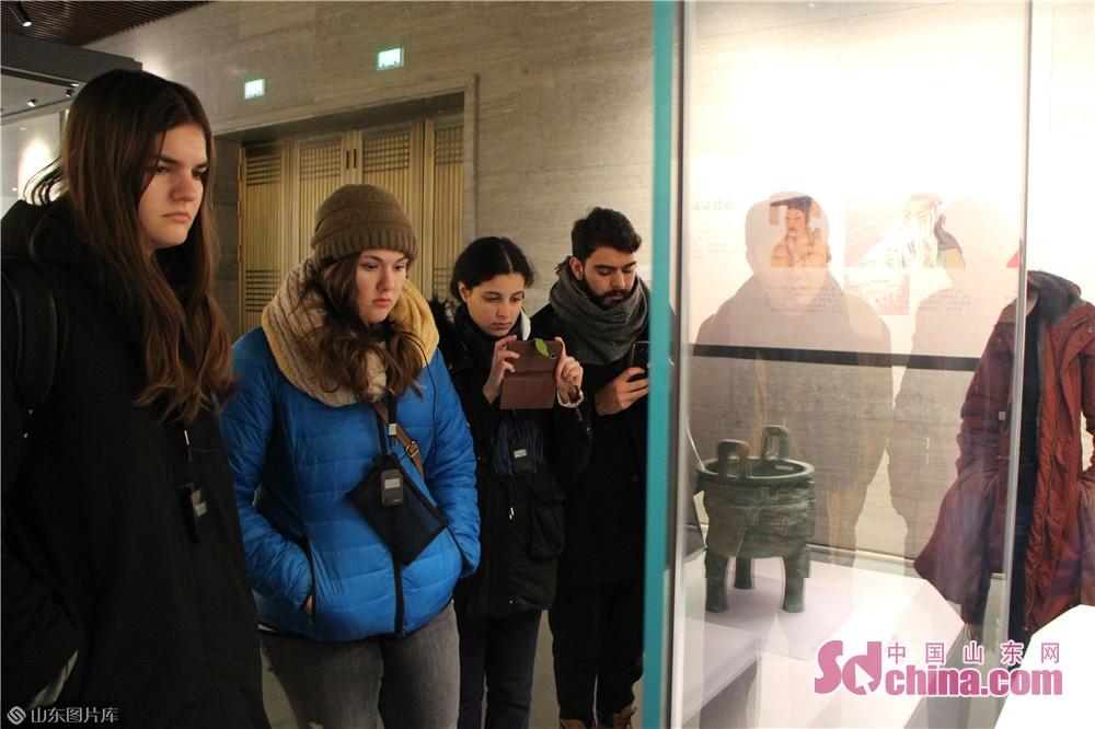 <br/>  让世界更加了解孔子,让传统文化融入生活。在孔子博物馆里,国际友人通过倾听一件件历经沧桑文物背后的故事和体验文创产品带来的乐趣,感受了中华文化的源远流长。