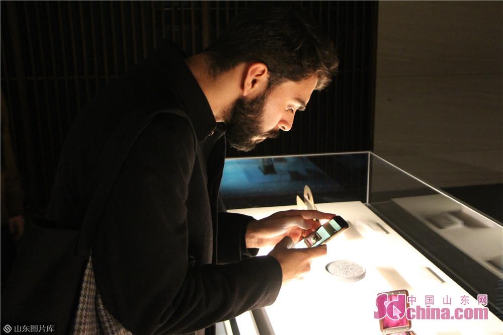 展示された孔府文物に対して、リトアニア出身のAkvile Radauskaite氏がすごく興味を持ち、展示品に足を止めてじっくりと鑑賞していた。