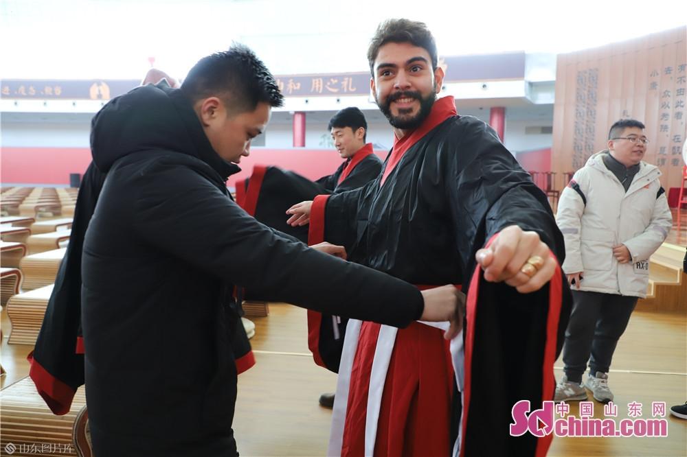 <br/>  国际友人们身着华夏服装,学习古代礼仪,行庄重的拜师礼,体验了中华优秀传统文化的魅力,感受到&ldquo;礼仪之邦&rdquo;国度的丰富内涵。