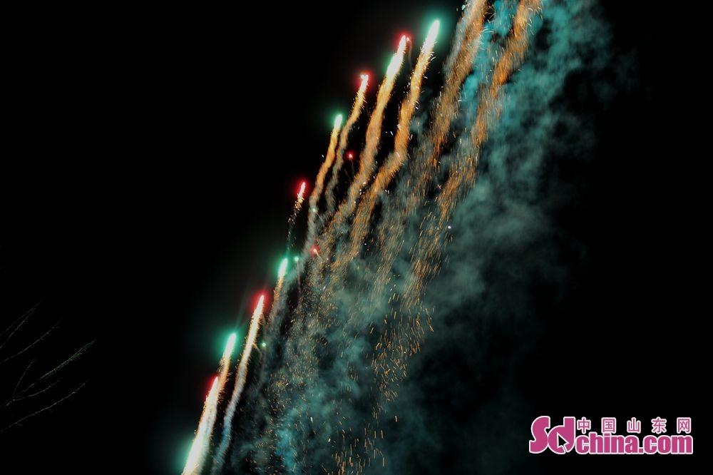 璀璨的烟花将黑夜装点得五色斑斓。<br/>