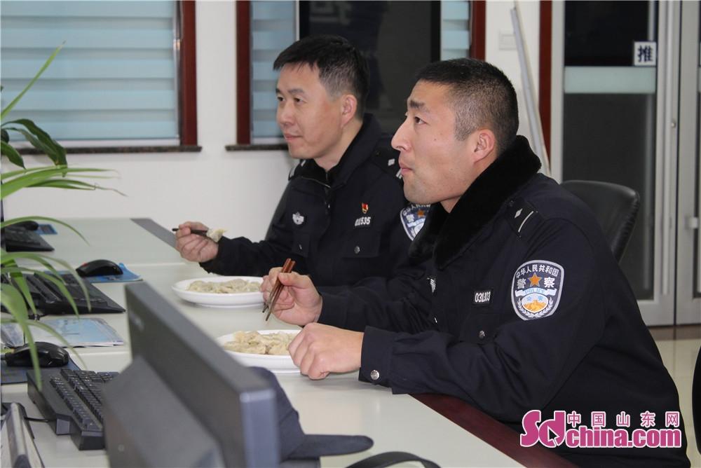<br/>  春节期间,派出所民警值班备勤。