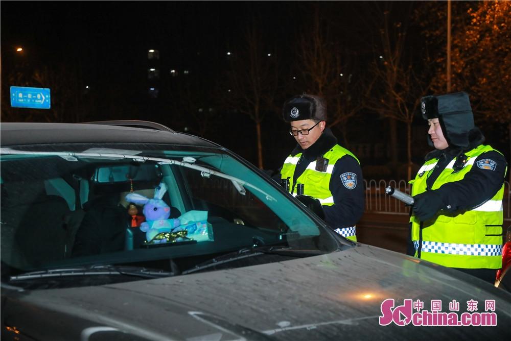 <br/>  交警部门顶风冒寒全员上路,特别加大了春节期间酒驾的查处力度,确保户户平安。<br/>