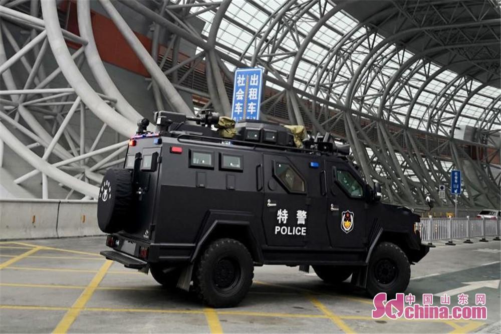 <br/>  春节期间,淄博公安特警加大了淄博北站的巡防力度,确保百姓平安出行。