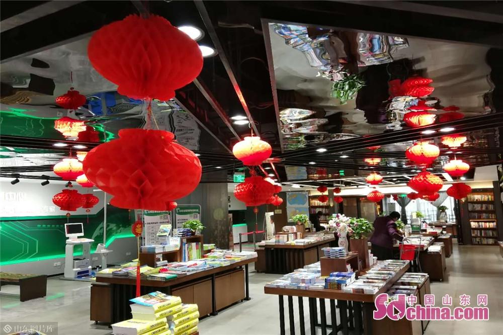 <br/>  济南的山东书城,一些学生还趁着寒假,结伴来这里阅读。尽管书店外寒风瑟瑟,书店内却很温暖,洋溢着阅读的幸福。<br/>