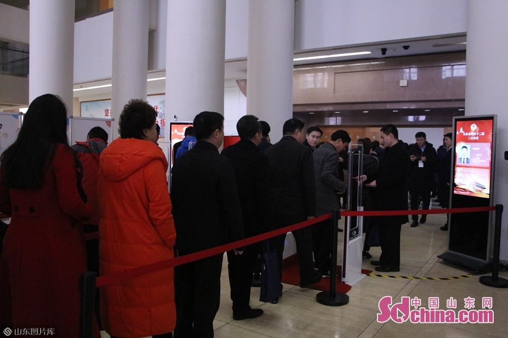 省政治協商会議の委員たちは会場に入った。<br/>