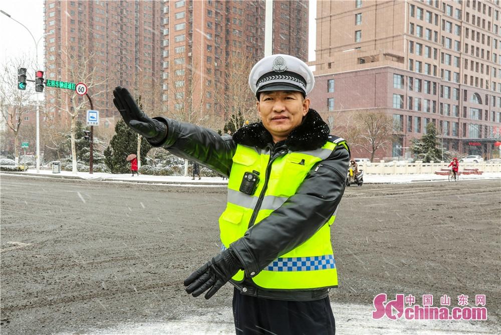 <br/>  各中队民警上路巡逻疏堵保畅,警灯闪烁,切实做好预警提示和稳控工作。<br/>