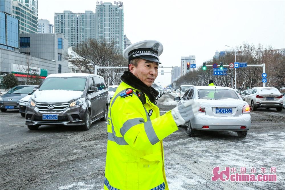 <br/>  张店交警大队安排固定警力在重点路口指挥,维护交通秩序,确保降雪天气道路安全畅通。<br/>