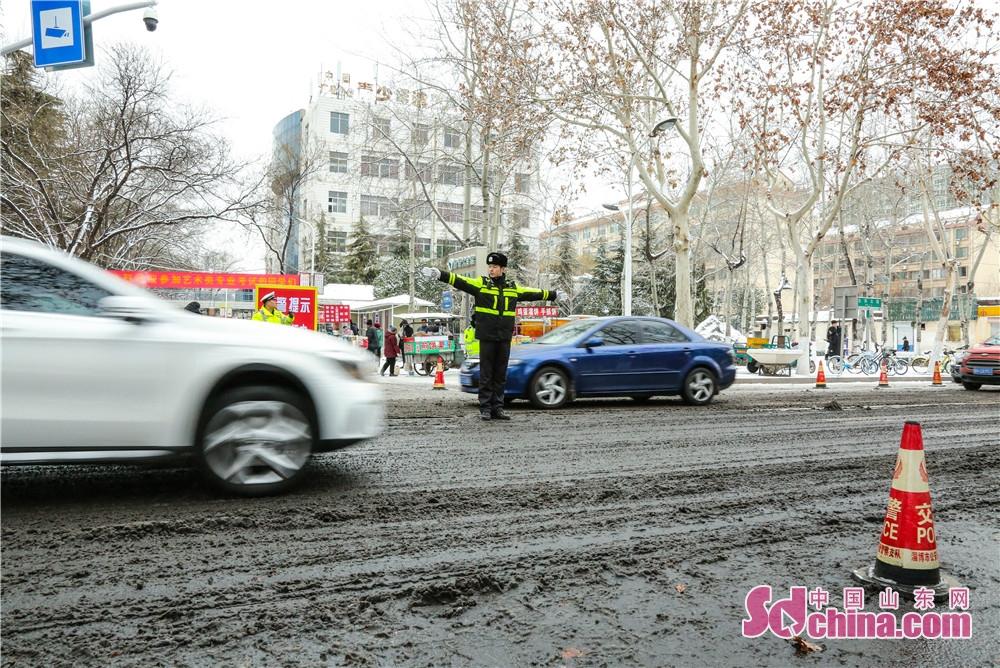 <br/>  从13日起,张店城区迎来大面积降雪降温天气,淄博市公安局交通警察支队张店大队紧急启动应急预案,切实加强路面管控,确保路面稳控到位,保障道路畅通和安全。<br/>