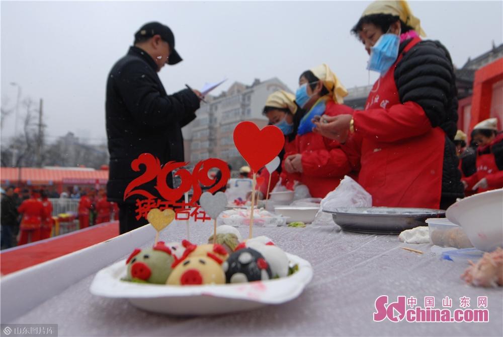 2月19日,这是在山东青岛海云庵糖球会上举办的元宵制作大赛,市民包汤圆欢度元宵佳节。<br/>