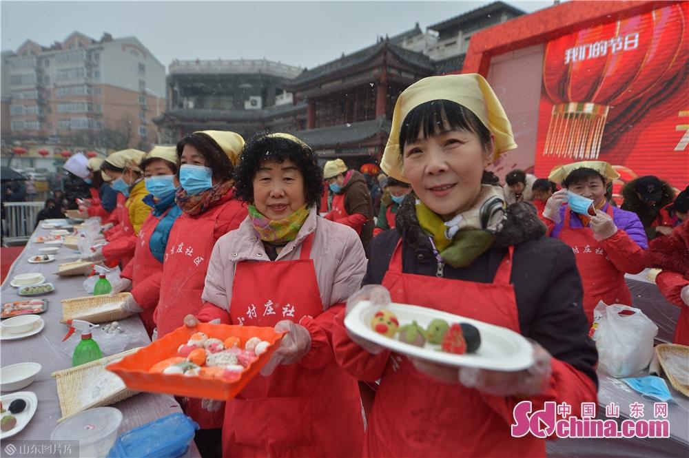 2月19日,市民展示在山东青岛海云庵糖球会元宵制作大赛上包出的各式汤圆。<br/>
