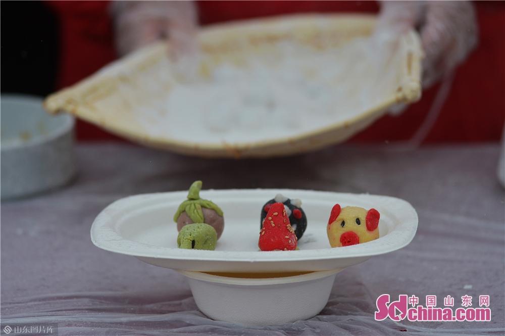 2月19日,这是在山东青岛海云庵糖球会元宵制作大赛上包出的小猪、草莓汤圆。<br/>