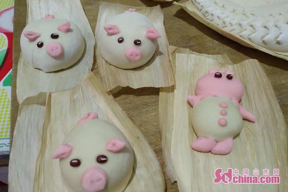 <br/>  除了蒸饽饽,还要蒸生肖。今年是己亥猪年,家里人有属猪的就需要蒸一只小猪,这个饽饽必须是本人吃掉。<br/>