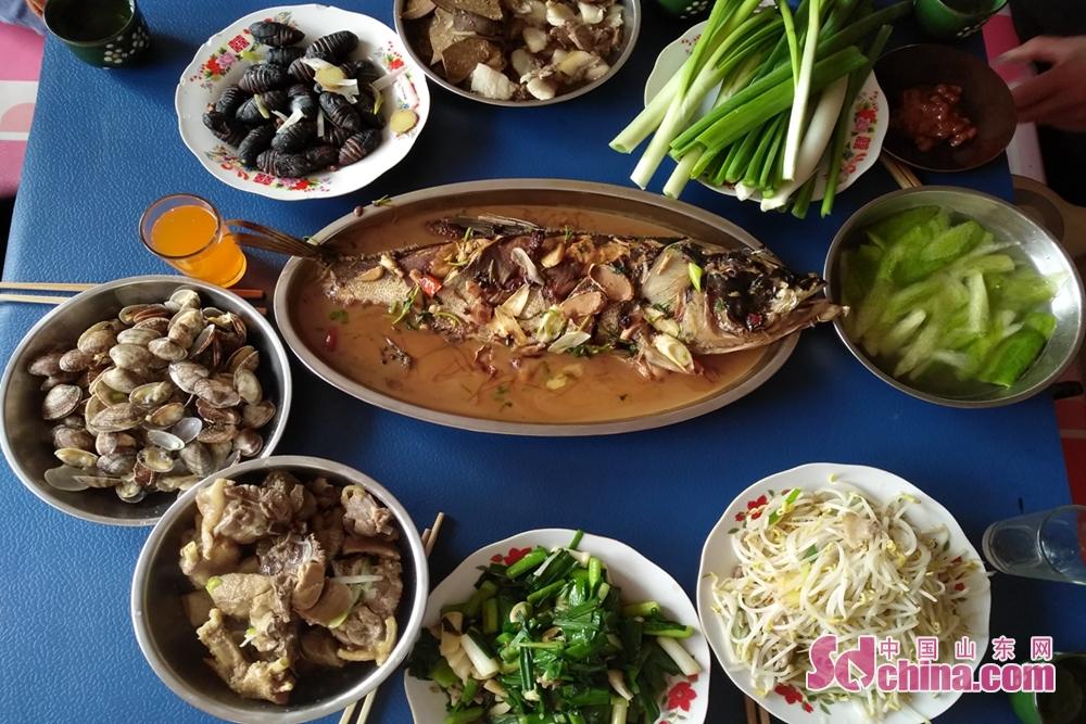 <br/>  年夜饭作为春节传统习俗中的重头戏,更加意义非凡。多少人跨越千里,只为与亲人吃一顿团圆饭。这顿饭历经千年,由朴素简洁到丰盛多样,见证了历史的变迁。<br/>