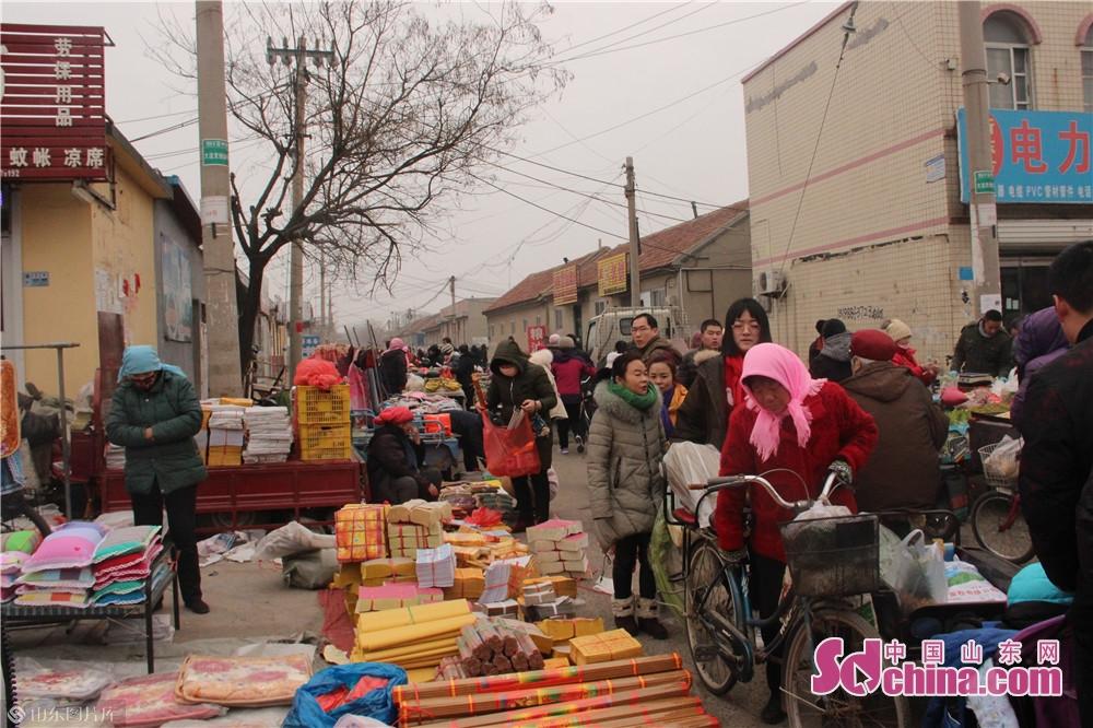<br/>  大街小巷全部被各种摊位占满,商贩和前来购物的市民熙熙攘攘。<br/>