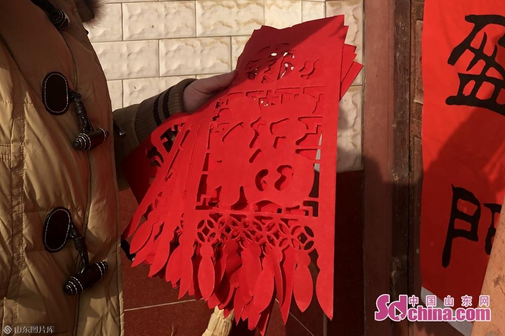 <br/>  潍坊安丘辛庄子村的村民,一大早就将红红的春联贴到了门上。红艳艳的春联往门上一贴,团圆喜庆的年味儿自然就浓起来。<br/>